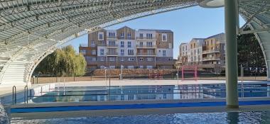 un projet immobilier global: piscine et immeubles