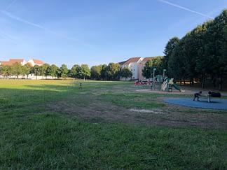 Le champ-de-foire serait mis en place à gauche de l'aire de jeux