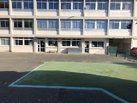 Une cour de récréation sans aire de jeux et petite